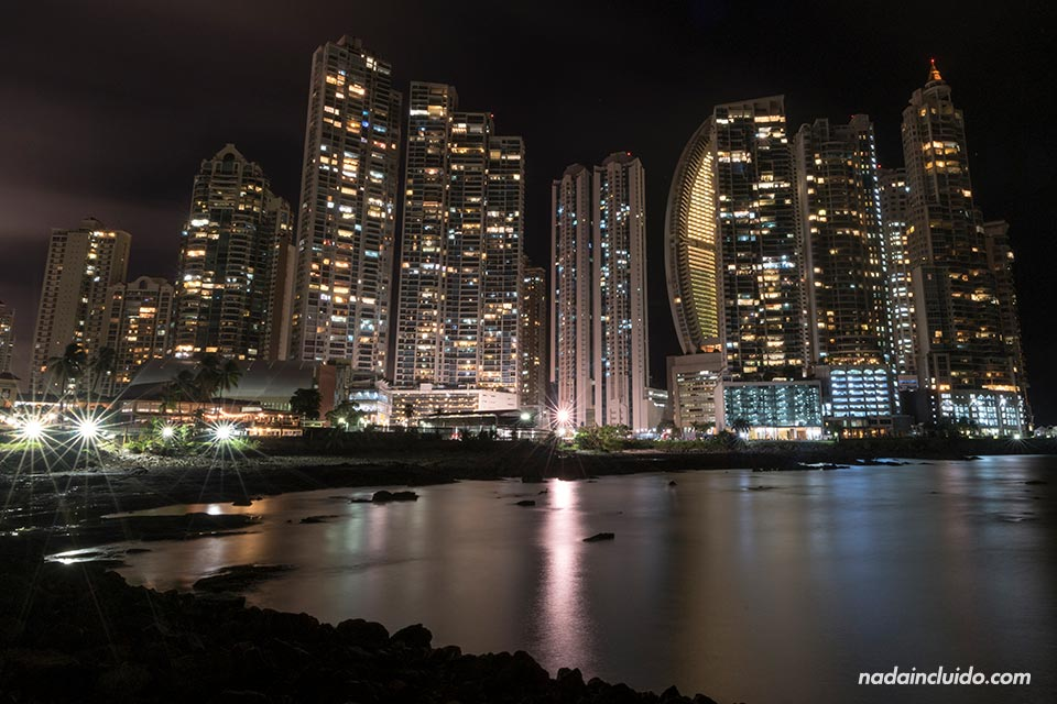Condominios iluminados por la noche en ciudad de Panamá