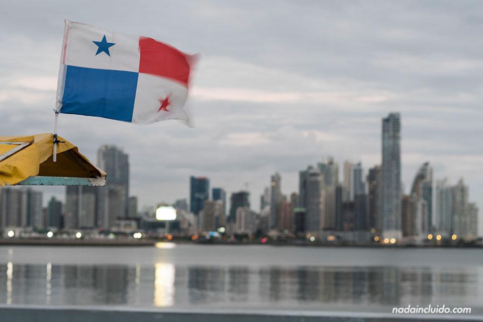 Bandera panameña en la Cinta Costera de ciudad de Panamá
