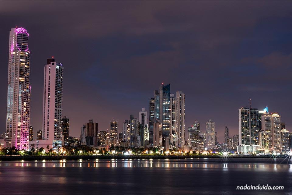 Rascacielos iluminados por la noche en ciudad de Panamá