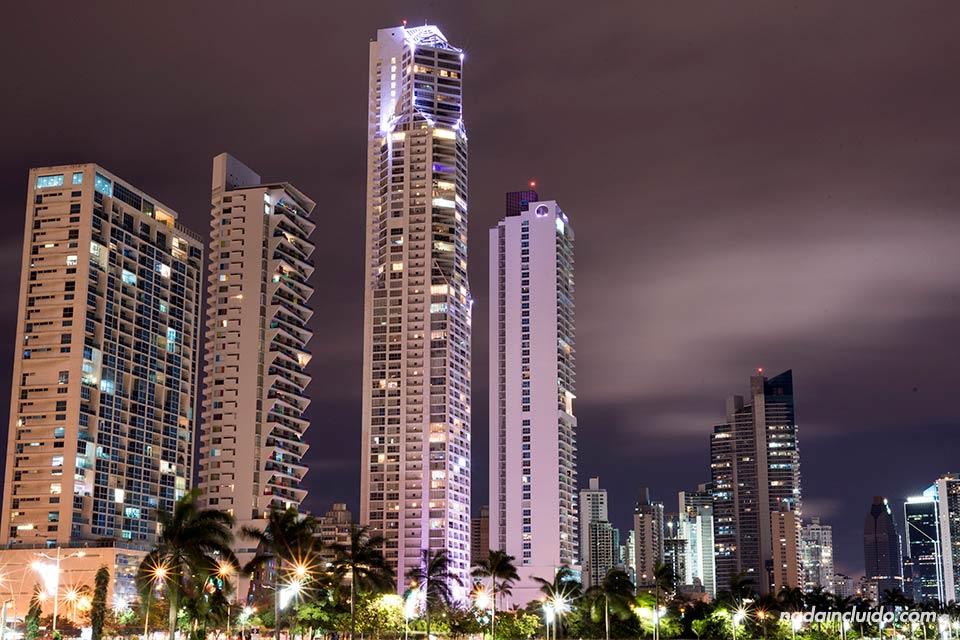 Rascacielos por la noche en ciudad de Panamá