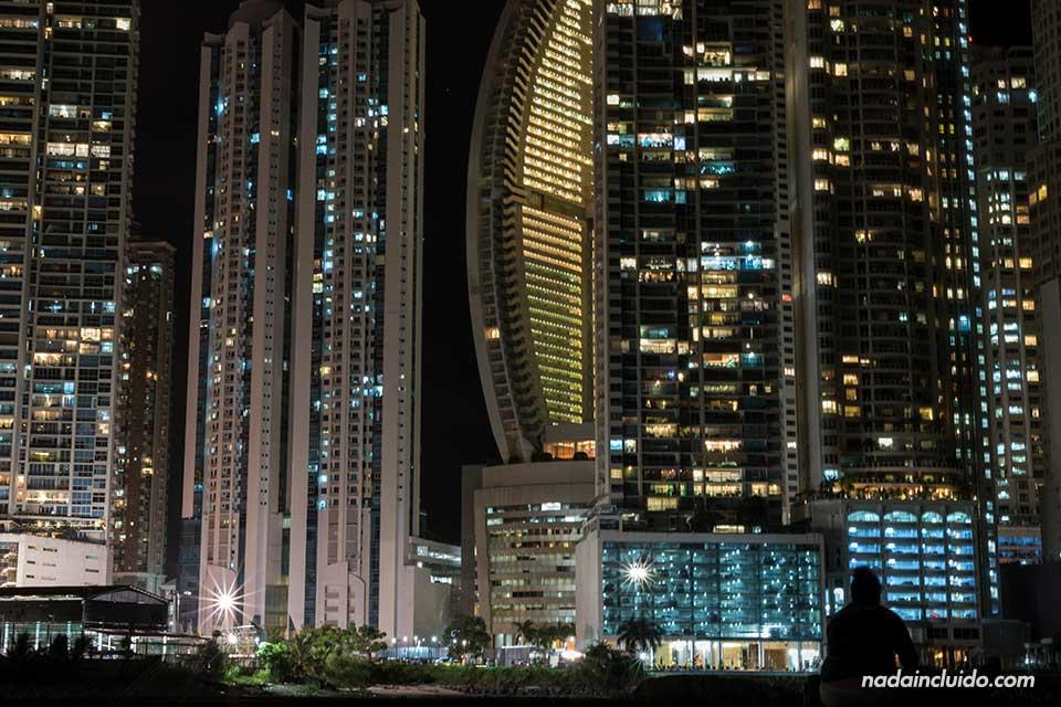Noche en la zona de rascacielos de ciudad de Panamá