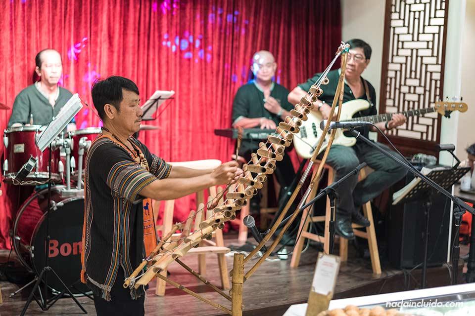 Banda de música en el crucero Bonsai Cruise de Ho Chi Minh (Vietnam)