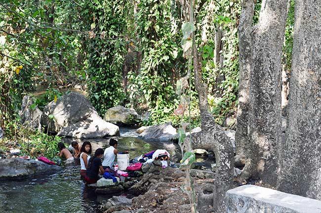 Locales lavando la ropa en el río junto a las termas Ojo de Agua en la Isla de Ometepe (Nicaragua)
