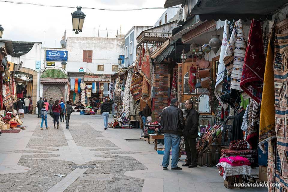 Plaza en el zoco de la medina de Rabat (Marruecos)