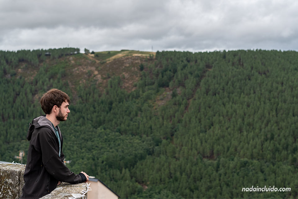 En lo alto del castillo de Castro Caldelas, Ribeira Sacra (Galicia)