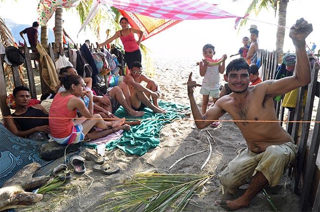 Familia de lugareños en la Playa de San Juan del Sur (Nicaragua)