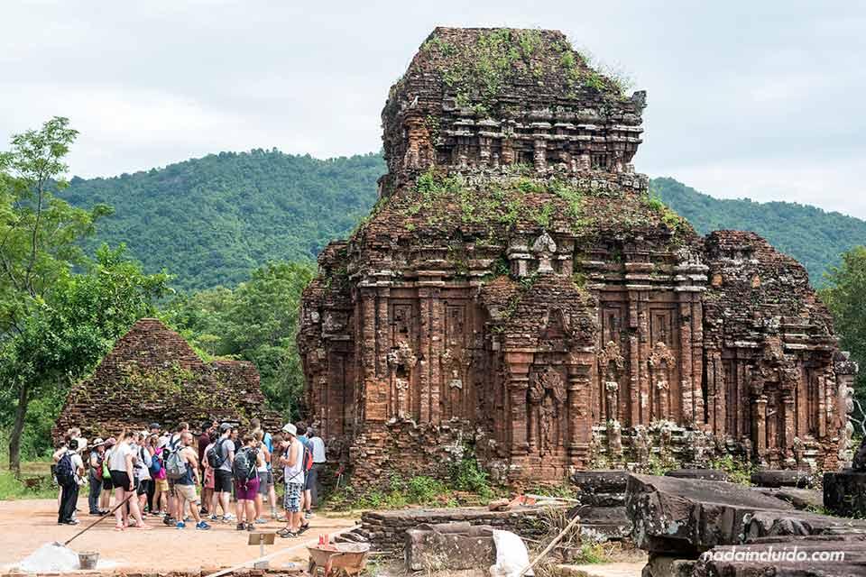 Grupo de turistas a las puertas de uno de los templos de My Son (Vietnam)