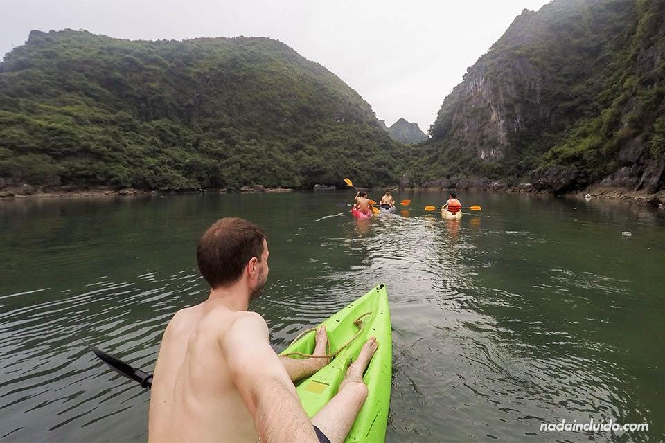 Paseando en kayak por la bahía de Lan Ha (Vietnam)