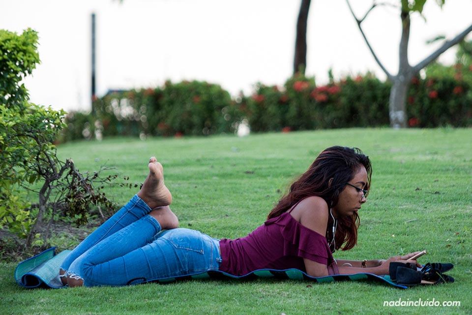 Una chica panameña se relaja en el parque de ciudad de Panamá