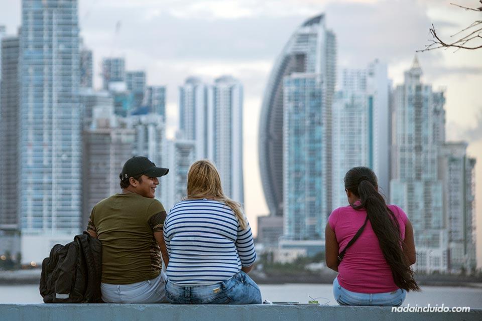 Amigos sentados en el parque de la Cinta Costera de ciudad de Panamá