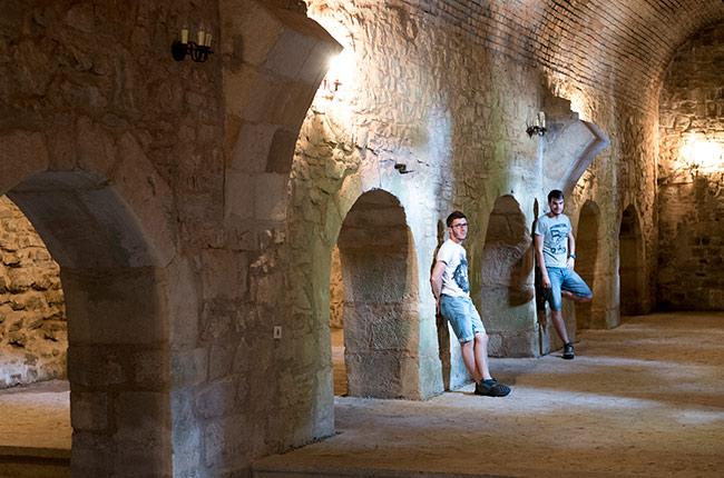 En los pasillos del interior de la Cetatea de Scaun, Suceava (Rumanía)