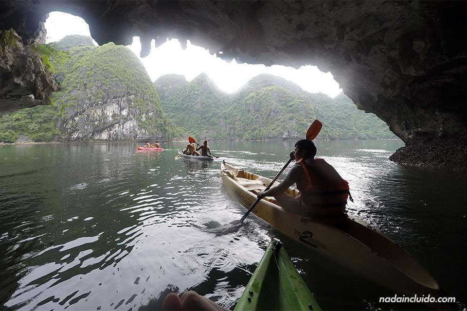 Atravesando una cueva de la bahía de Lan Ha en kayak (Vietnam)