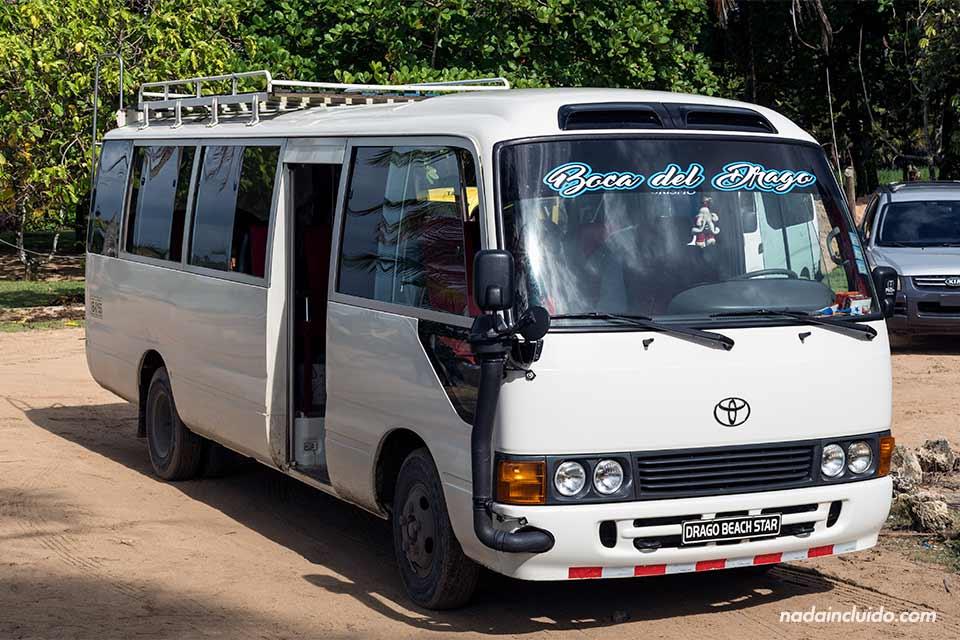 Autobús que lleva de Bocas Town a Boca del Drago, en isla Colón (Bocas del Toro, Panamá)