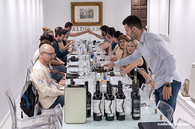 Catando vinos en Bodegas Valdelana (Elciego, País Vasco)