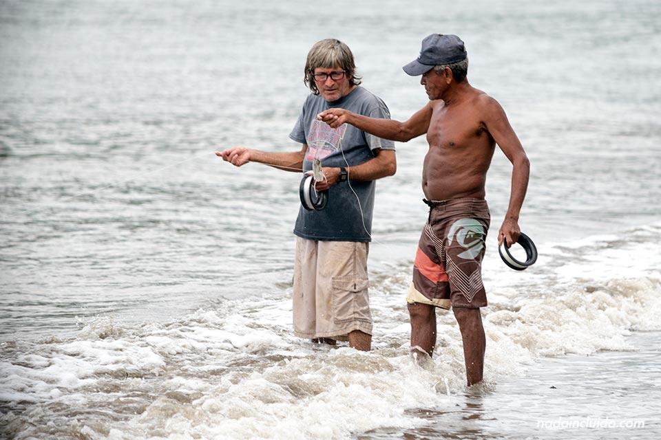 Pescadores locales en playa Colorada, Drake (Costa Rica)
