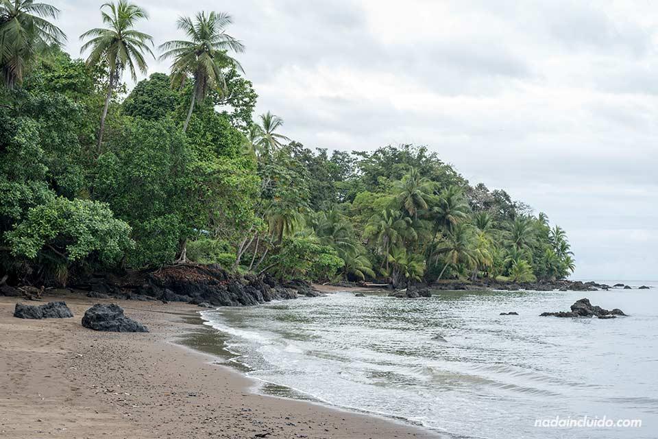 Playa Colorada junto al pueblo de Agujitas de Drake (Costa Rica)
