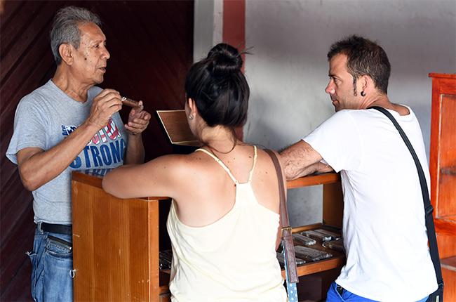 Comprando puros en una tienda de cigarros de Granada (Nicaragua)