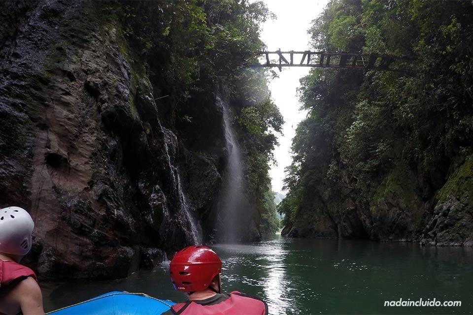Puente de madera sobre el Río Pacuare (Turrialba, Costa Rica)