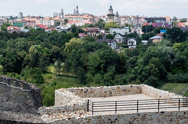 Vistas de la ciudad de Suceava (Rumanía) desde lo alto de la Cetatea de Scaun