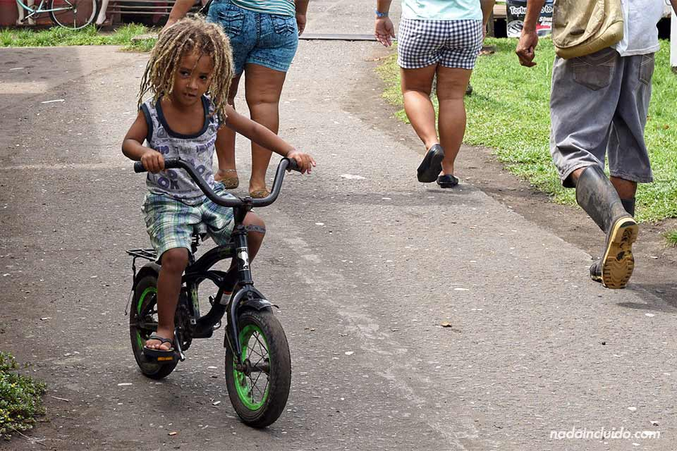 Niño con rastas paseando en bicicleta por las calles de Tortuguero (Costa Rica)
