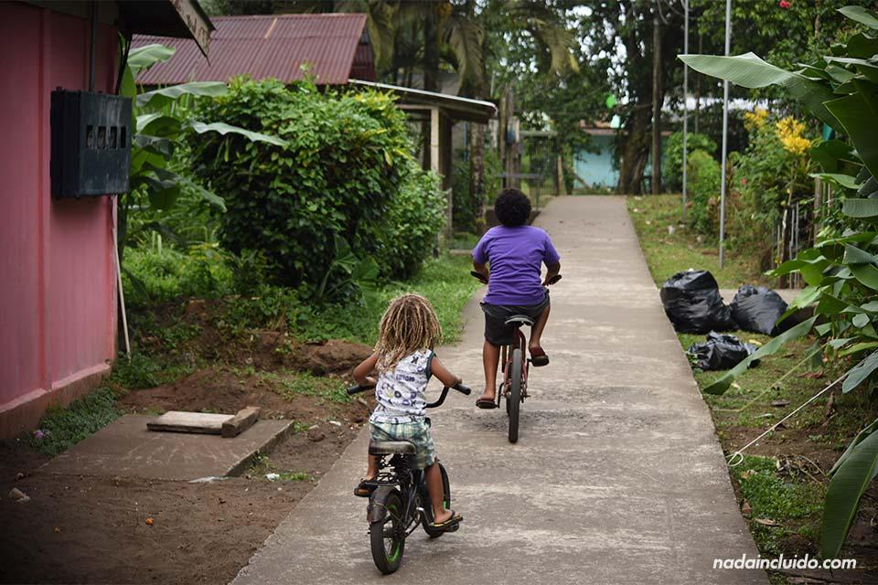 Niños en bicicleta en Tortuguero (Costa Rica)