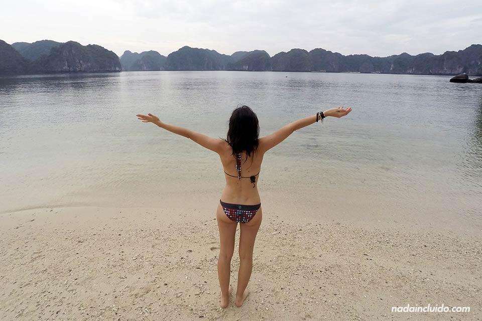 En la playa de los 3 melocotones en la Bahía de Lan Ha (Vietnam)
