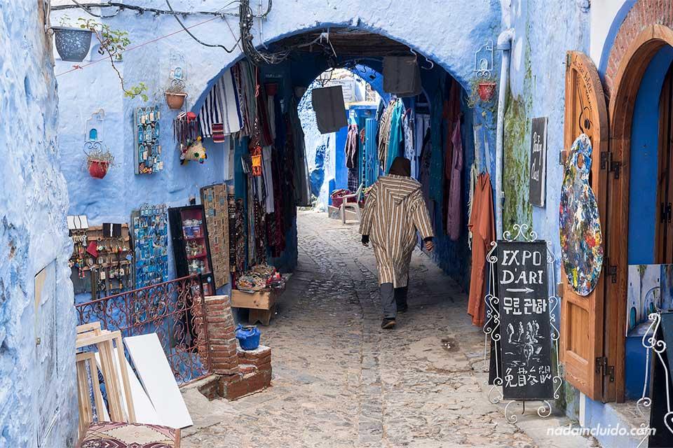 Tienda de souvenires en el zoco de la medina de Chefchaouen (Marruecos)