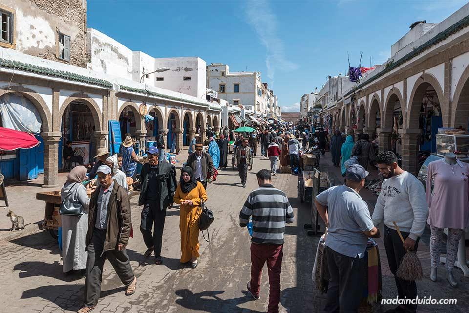 Gente pasea por la avenida Istiqlal en la medina de Essaouira (Marruecos)