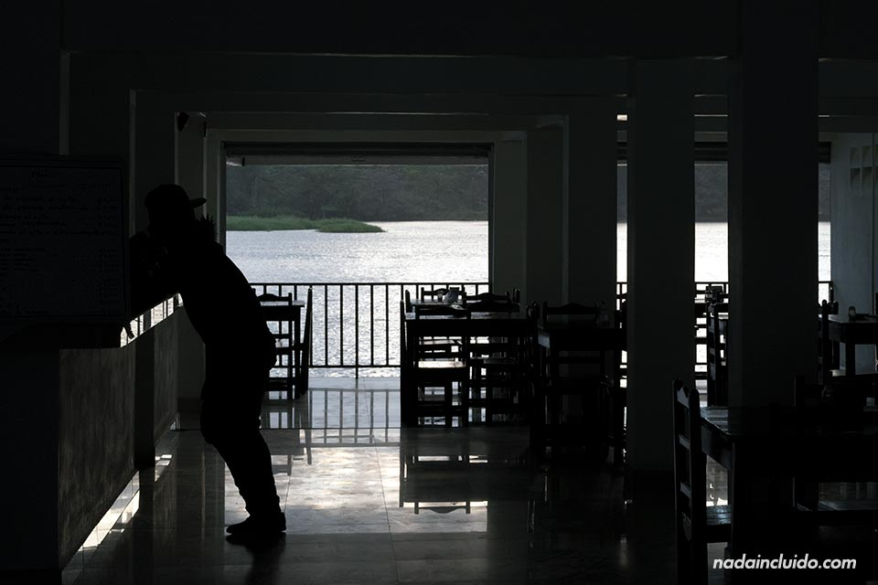 Atardecer en la terraza de un bar de Tortuguero (Costa Rica)
