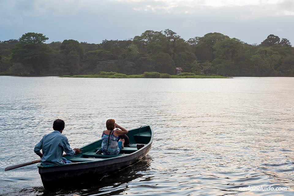Barca paseando por los canales de Tortuguero al atardecer (Costa Rica)