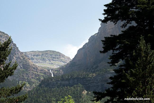 Cascada en el Parque Nacional de Ordesa y Monte Perdido (Aragón)