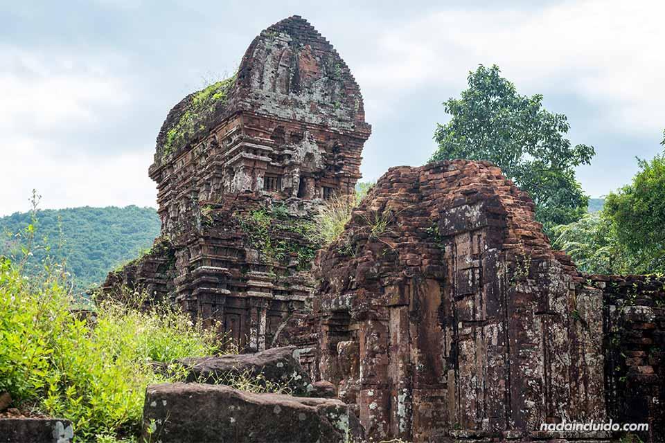 Tejado de uno de los templos del Santuario de My Son (Vietnam)