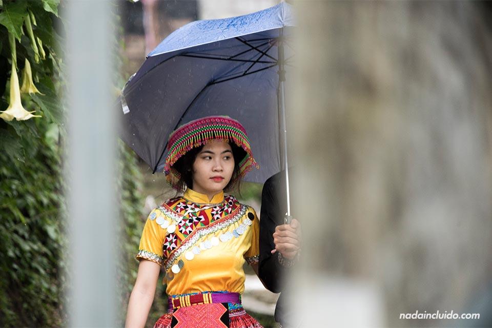 Mujer vestida de Hmong en Cat Cat, una aldea de la provincia de Lao Cai (Vietnam)