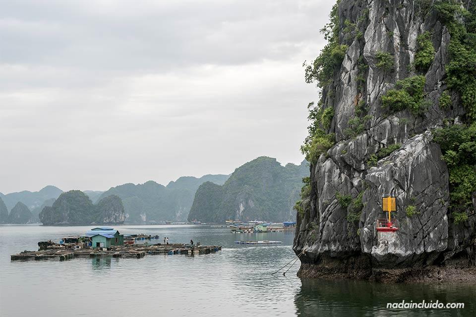 Faro junto a un pueblo flotante en la Bahía de Lan Ha (Vietnam)