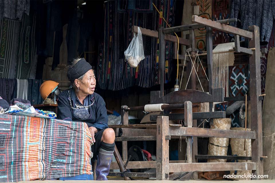 Costurera de la etnia Hmong en el pueblo de Cat Cat, provincia de Lao Cai (Vietnam)
