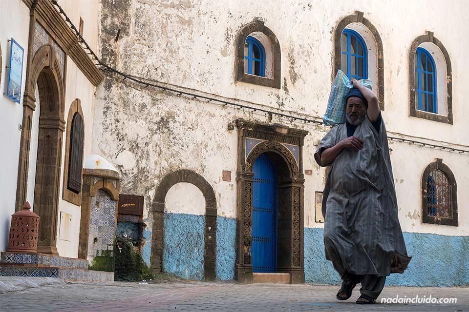 Marroquí pasea cargado en una de las calles de la medina de Essaouira (Marruecos)