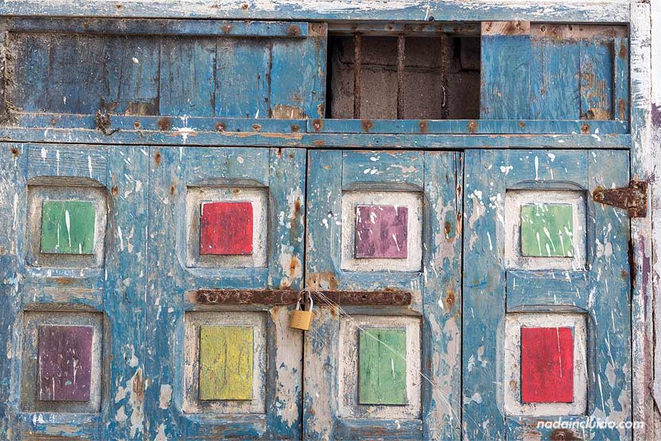 Puerta de colores en la medina de Essaouira (Marruecos)