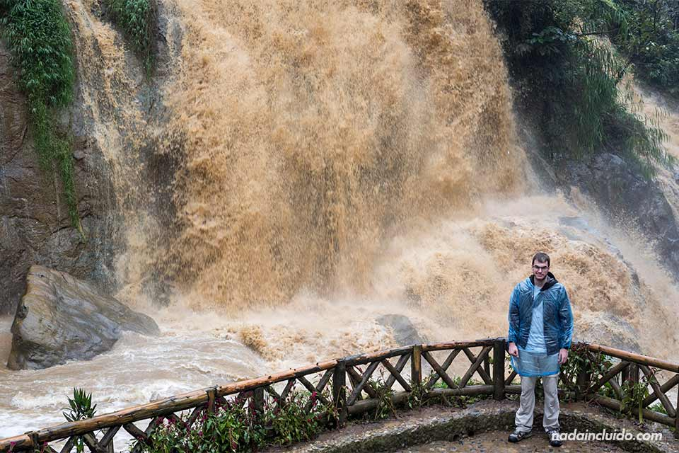 En una cascada junto a la aldea de Cat Cat, cerca de Sapa, en la provincia de Lao Cai (Vietnam)