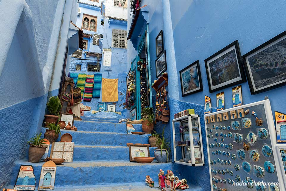 Escalera con souvenires en la medina de Chefchaouen (Marruecos)