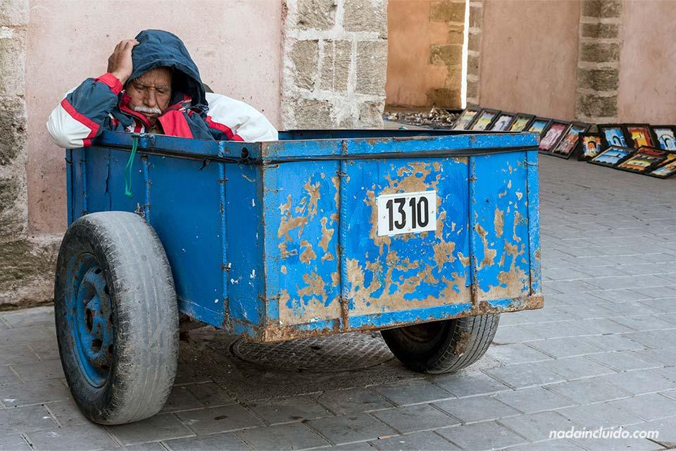 Marroquí durmiendo en un carro en mitad de la medina de Essaouira (Marruecos)