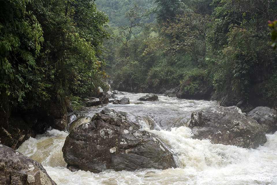 Río junto a la aldea de Cat Cat, en la región de Sapa, provincia de Lao Cai (Vietnam)
