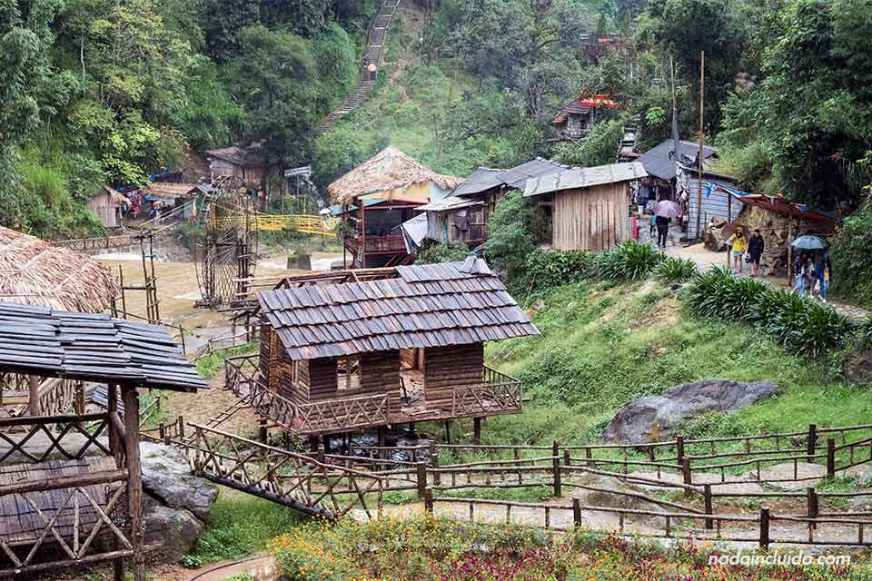 Cabañas de madera en la aldea Hmong de Cat Cat, Vietnam