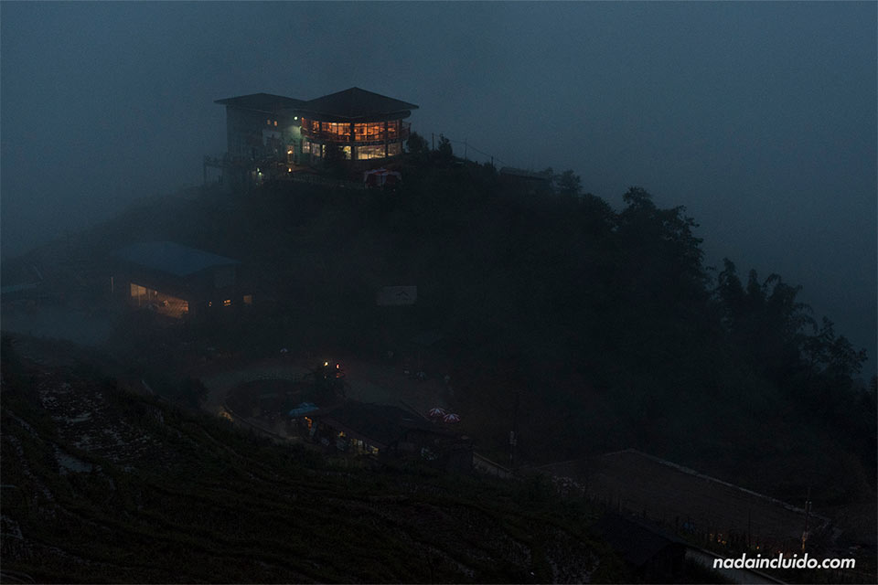 La niebla cae sobre el pueblo de Sapa durante la noche (Vietnam)