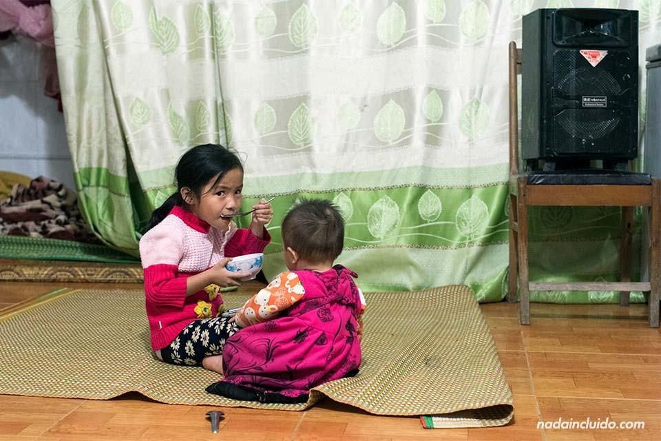 Niña y su hermana comen en Sapa (Vietnam)