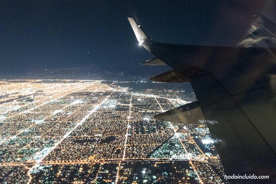 Vistas de Miami (Estados Unidos) de noche, desde un avión de American Airlines