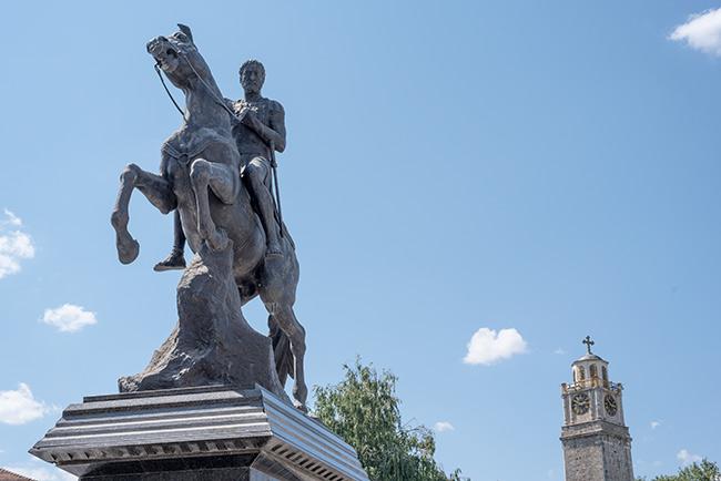 Estatua de Philip II en la Plaza de la Torre del Reloj de Bitola (Macedonia)