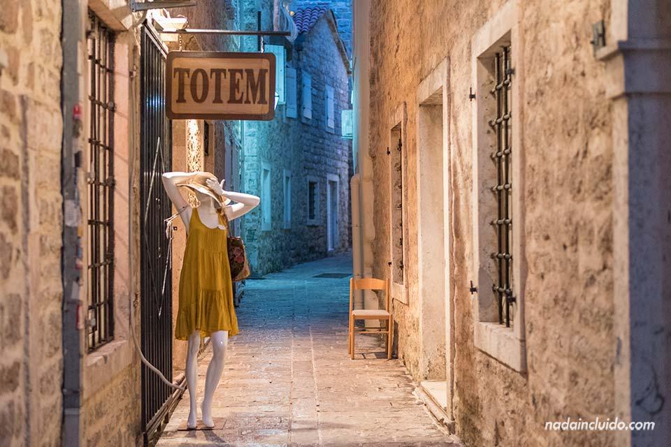 Stari Grad de Budva por la noche (Montenegro)