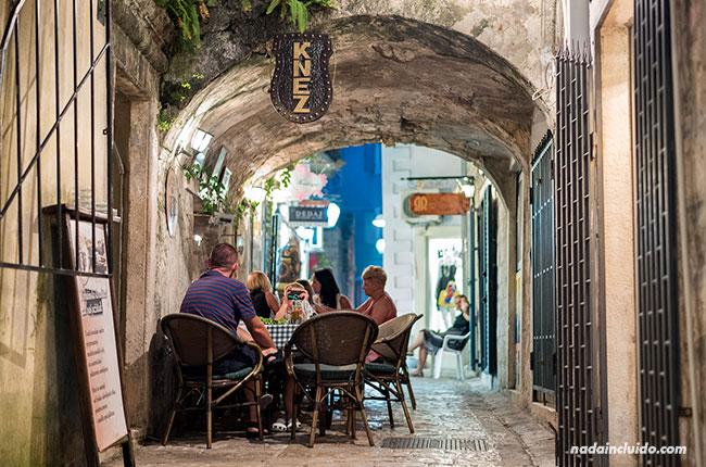 Un restaurante en el Stari Grad de Budva (Montenegro)