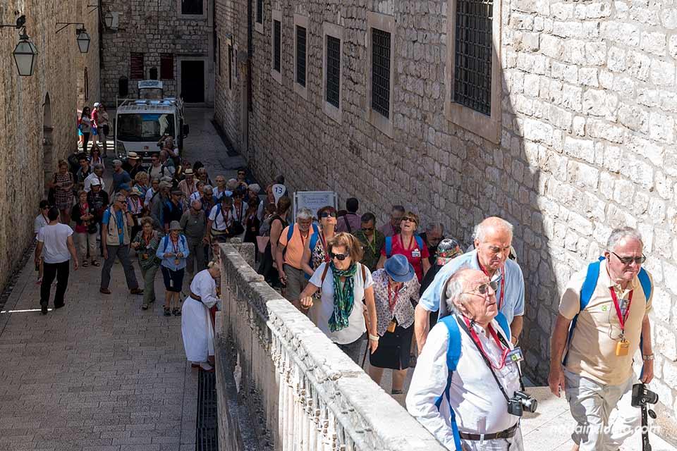 Turistas en el Old Town de Dubrovnik (Croacia)