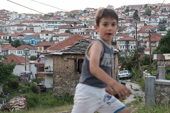 Niño jugando en las calles de Krusevo (Macedonia)